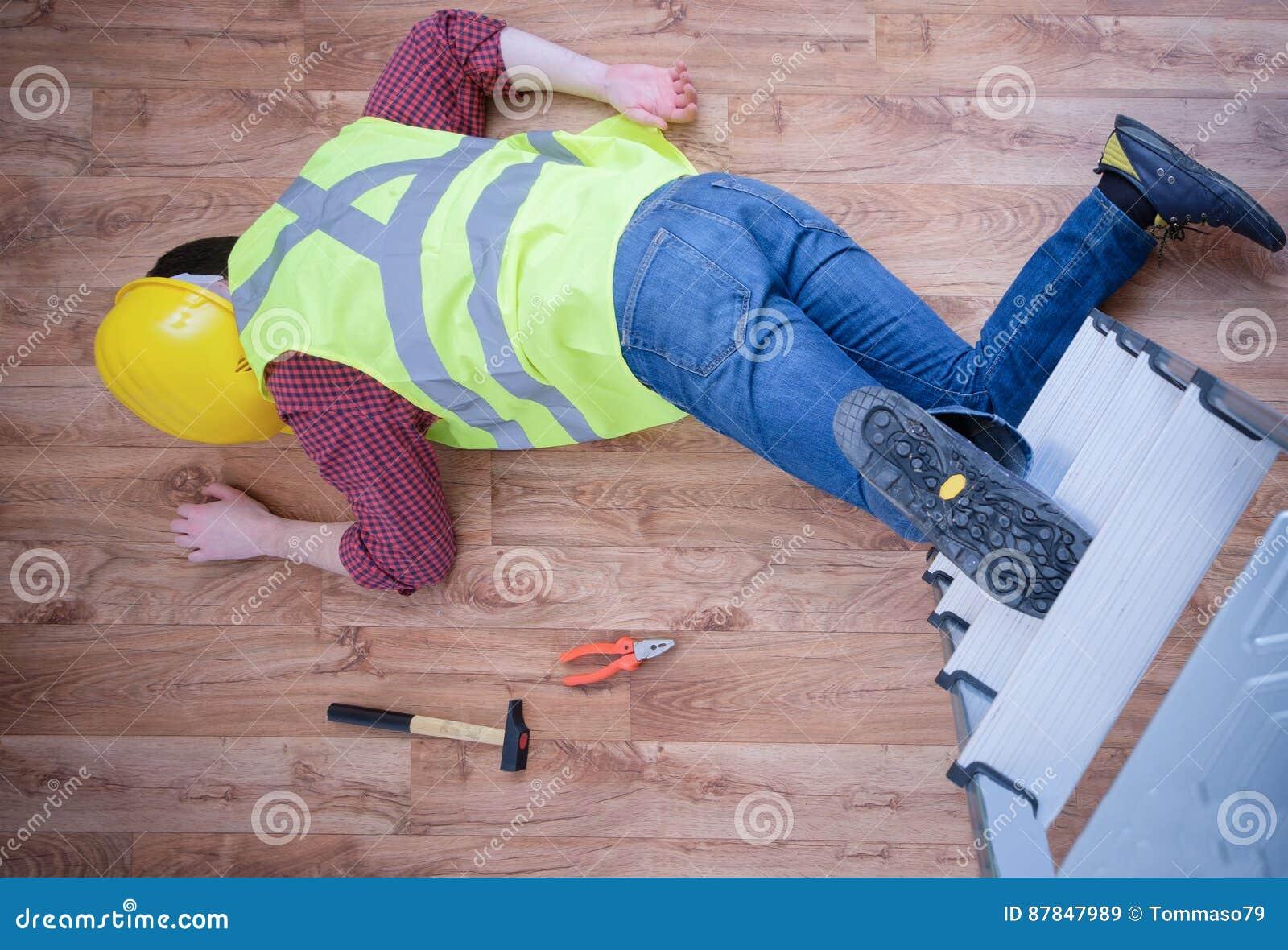 Pijnlijke arbeider na op de baanverwonding