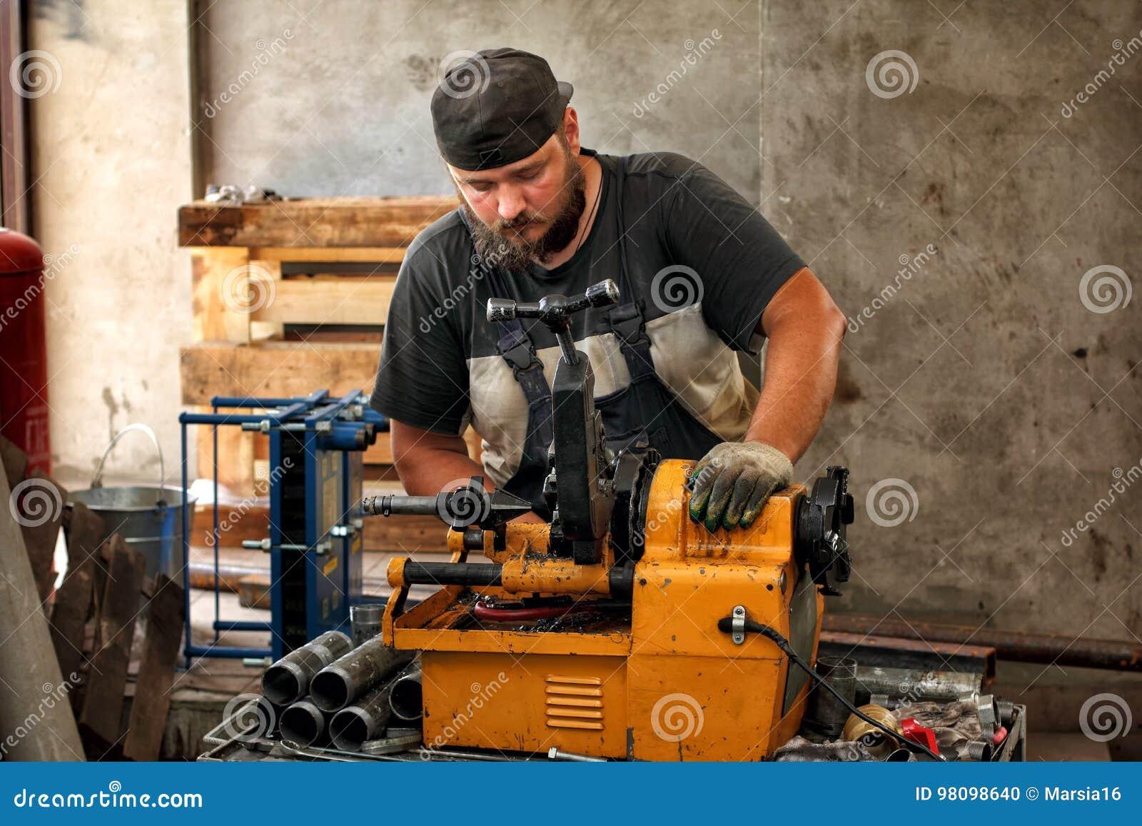 Pijp van het arbeiders de scherpe staal met machine om in te passen