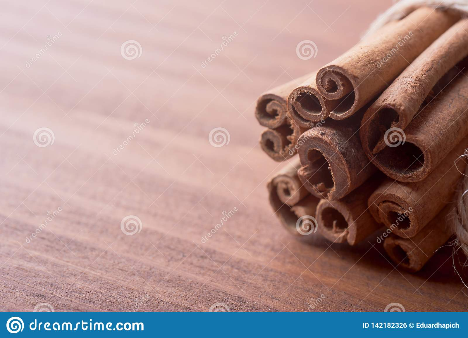 Pijpjes kaneel op houten achtergrond