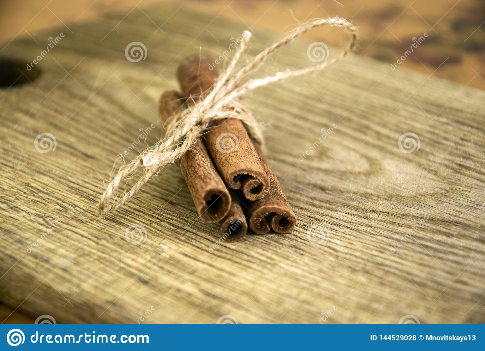 Pijpjes kaneel op oude houten raad
