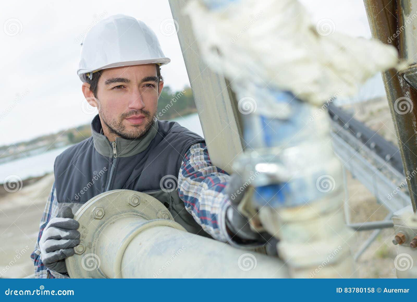 Pijpmonteur die verbindingen controleren