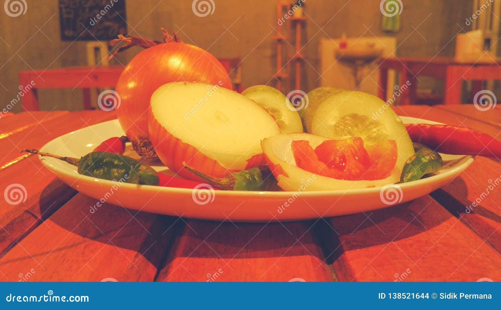 Pikantność i ziele na białym talerzu