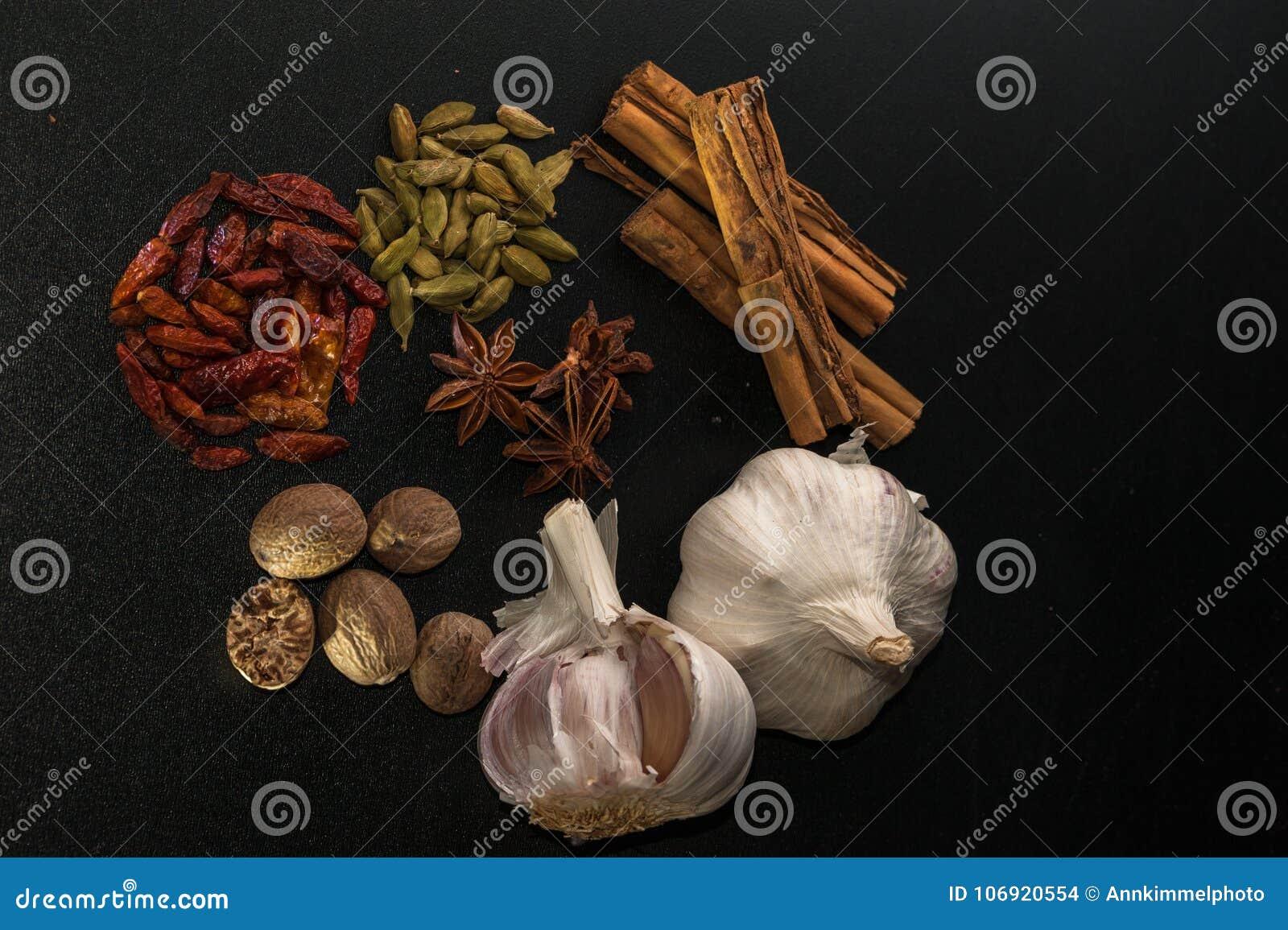 Pikantność na czarnym stole: cynamon, anyż, caien pieprzu, nutmeg,