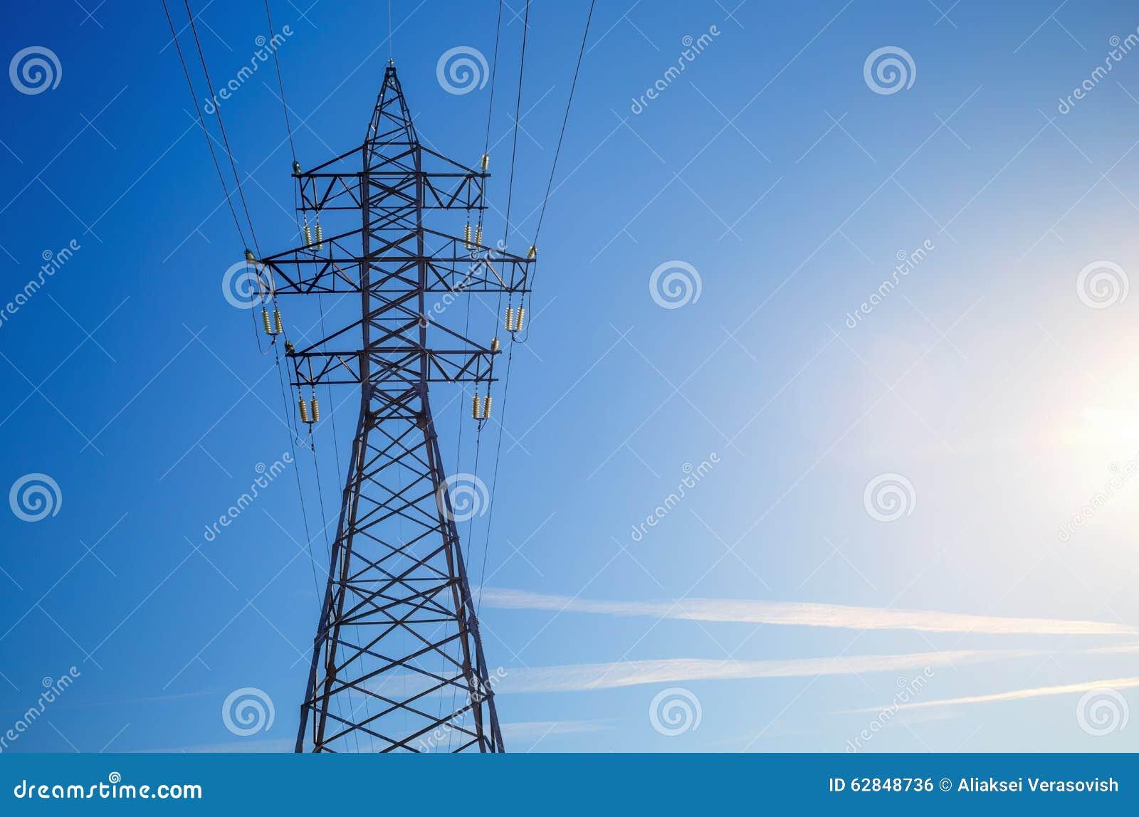 Pilão da eletricidade de encontro ao céu azul