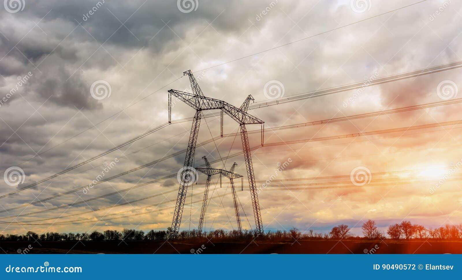 Pilão da eletricidade - torre aérea da transmissão da linha elétrica