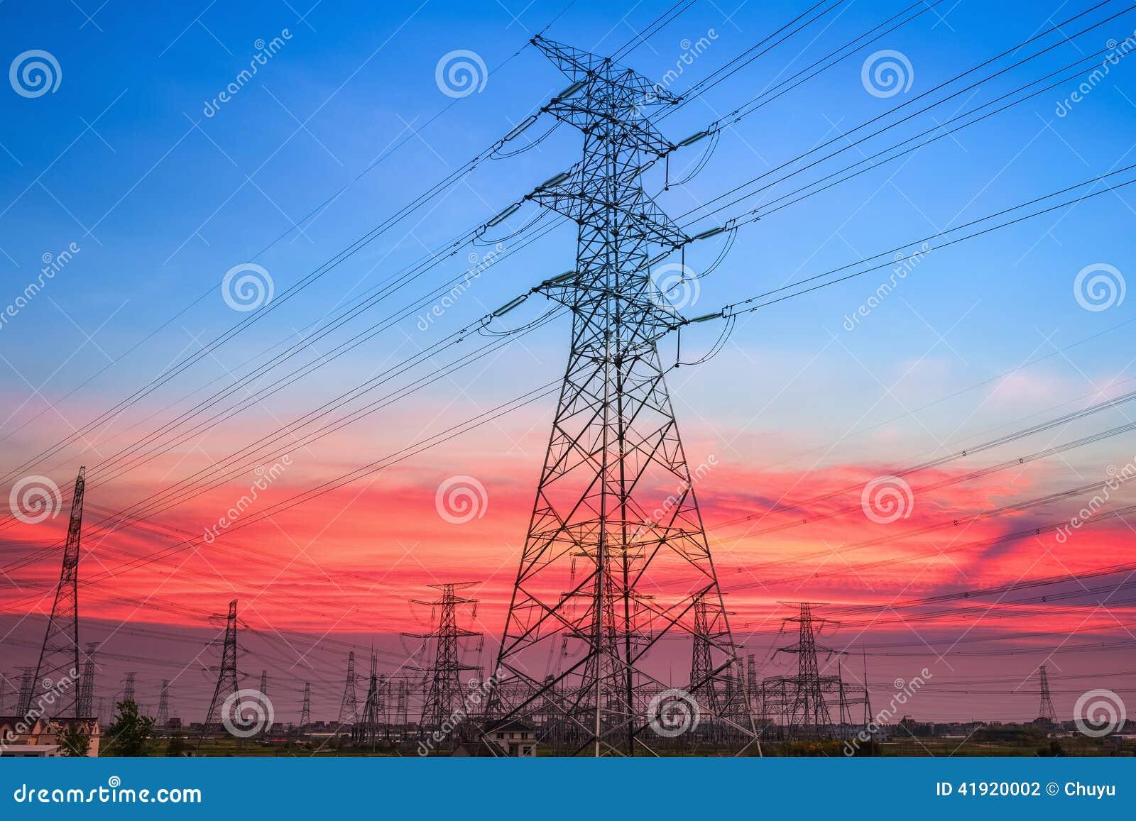 Pilón de la electricidad en puesta del sol