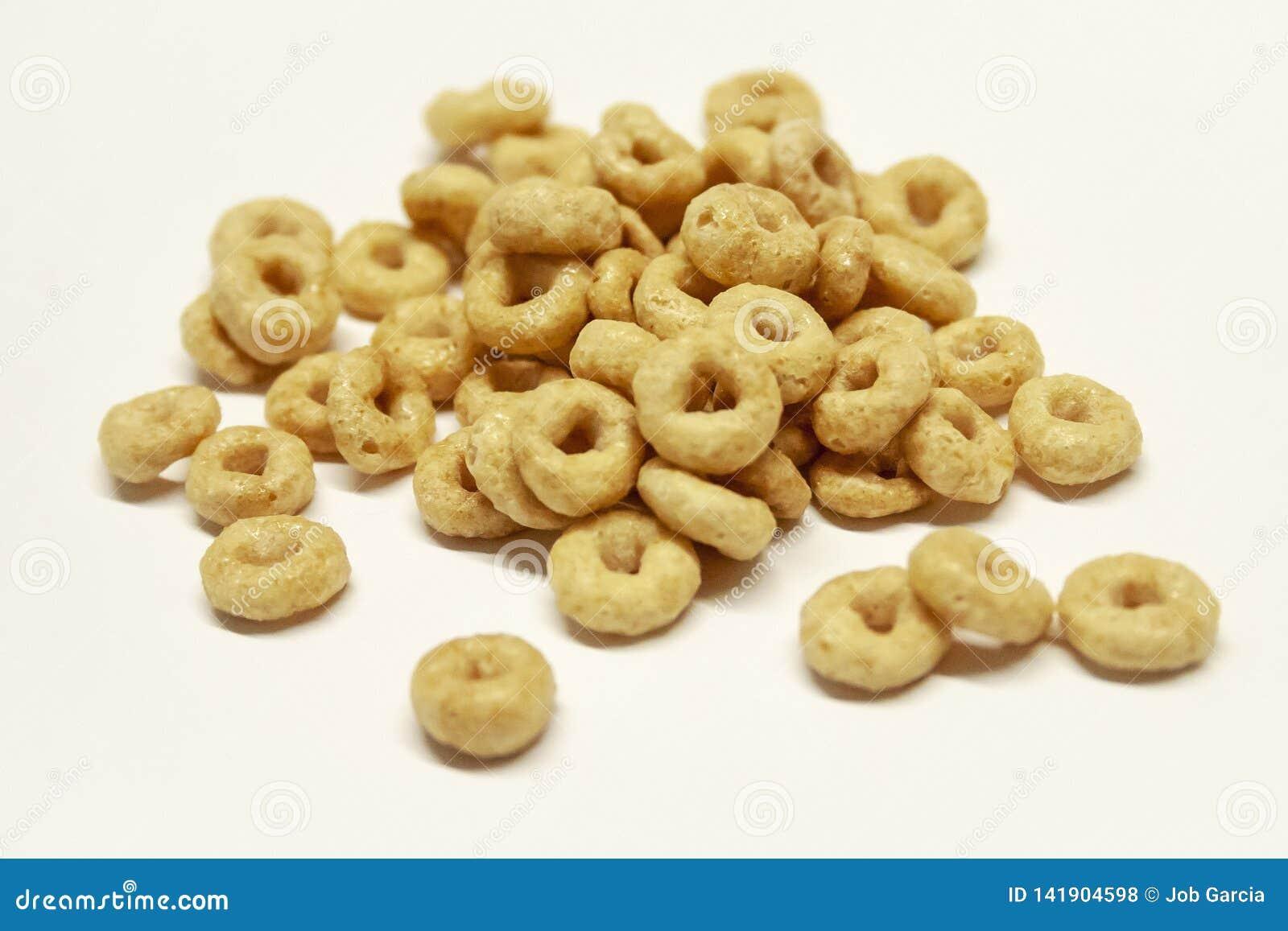 Pila aislada de cereal en el fondo blanco