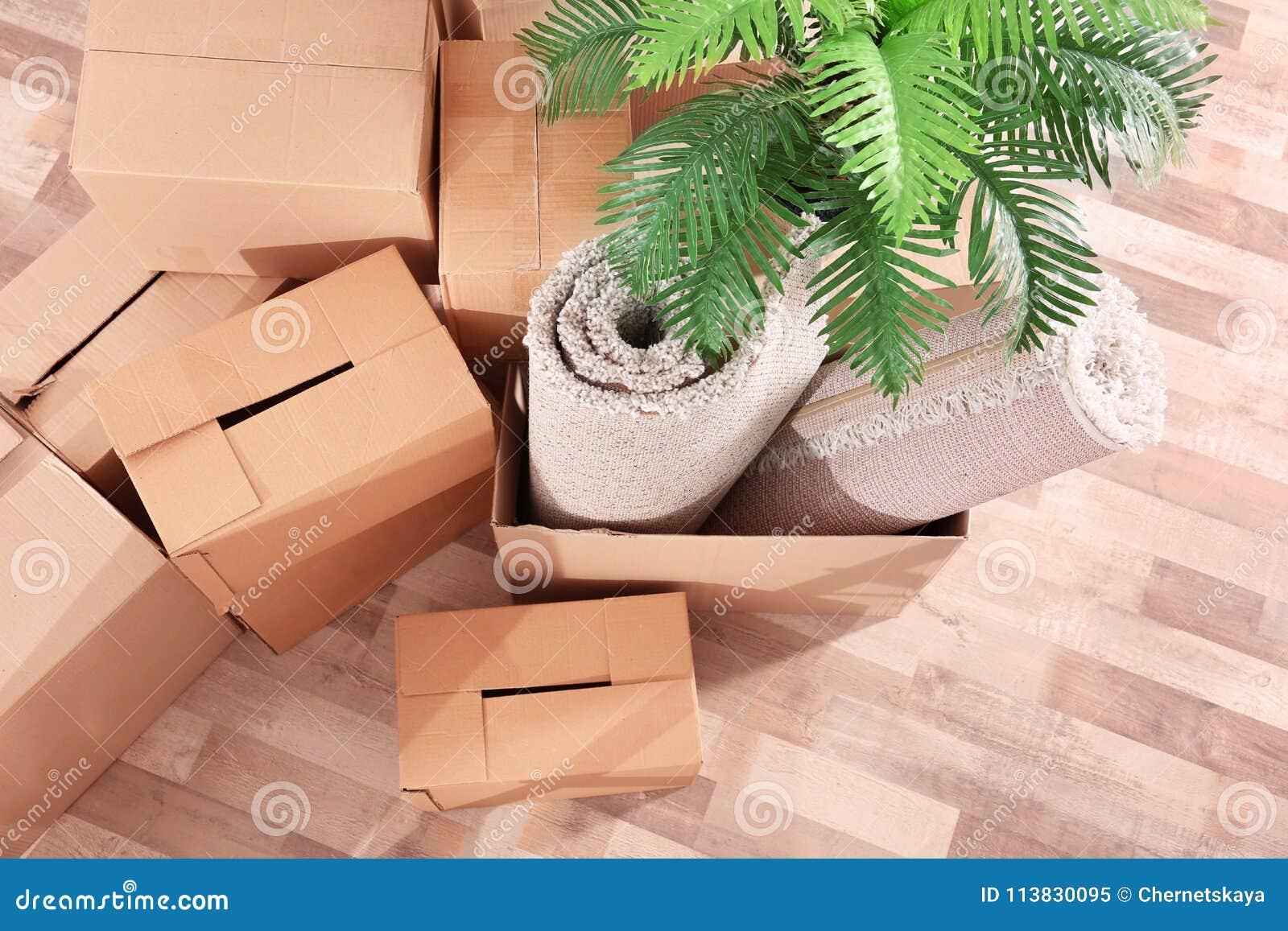 Pila de cajas para moverse