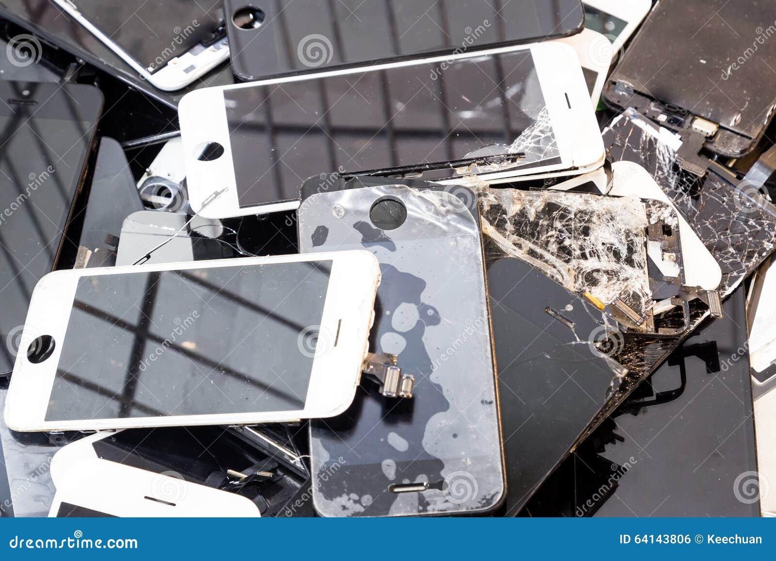 Pila de cuerpo elegante dañado del teléfono y de pantalla LCD agrietada
