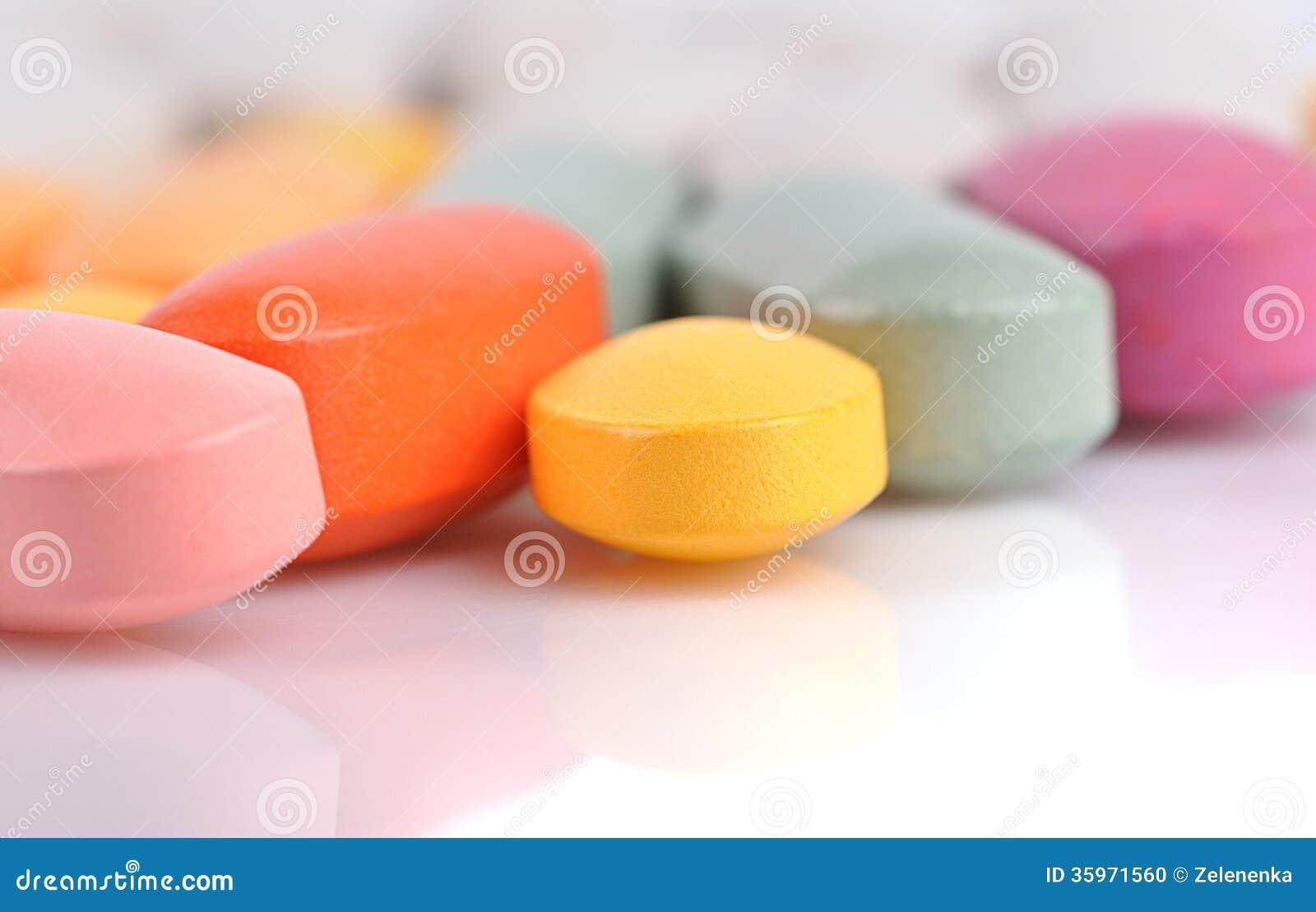 Pila de diversas píldoras aisladas en blanco