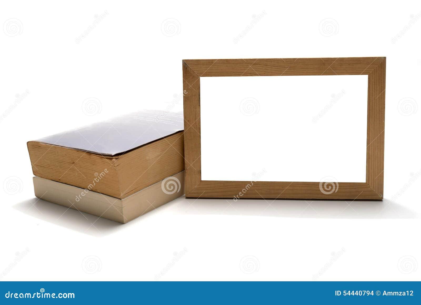 Pila de libro con el marco de madera de la foto
