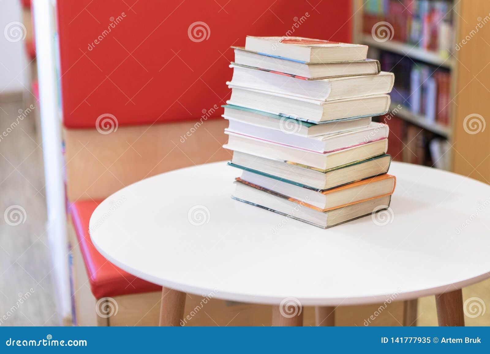Pila de libro en el escritorio blanco