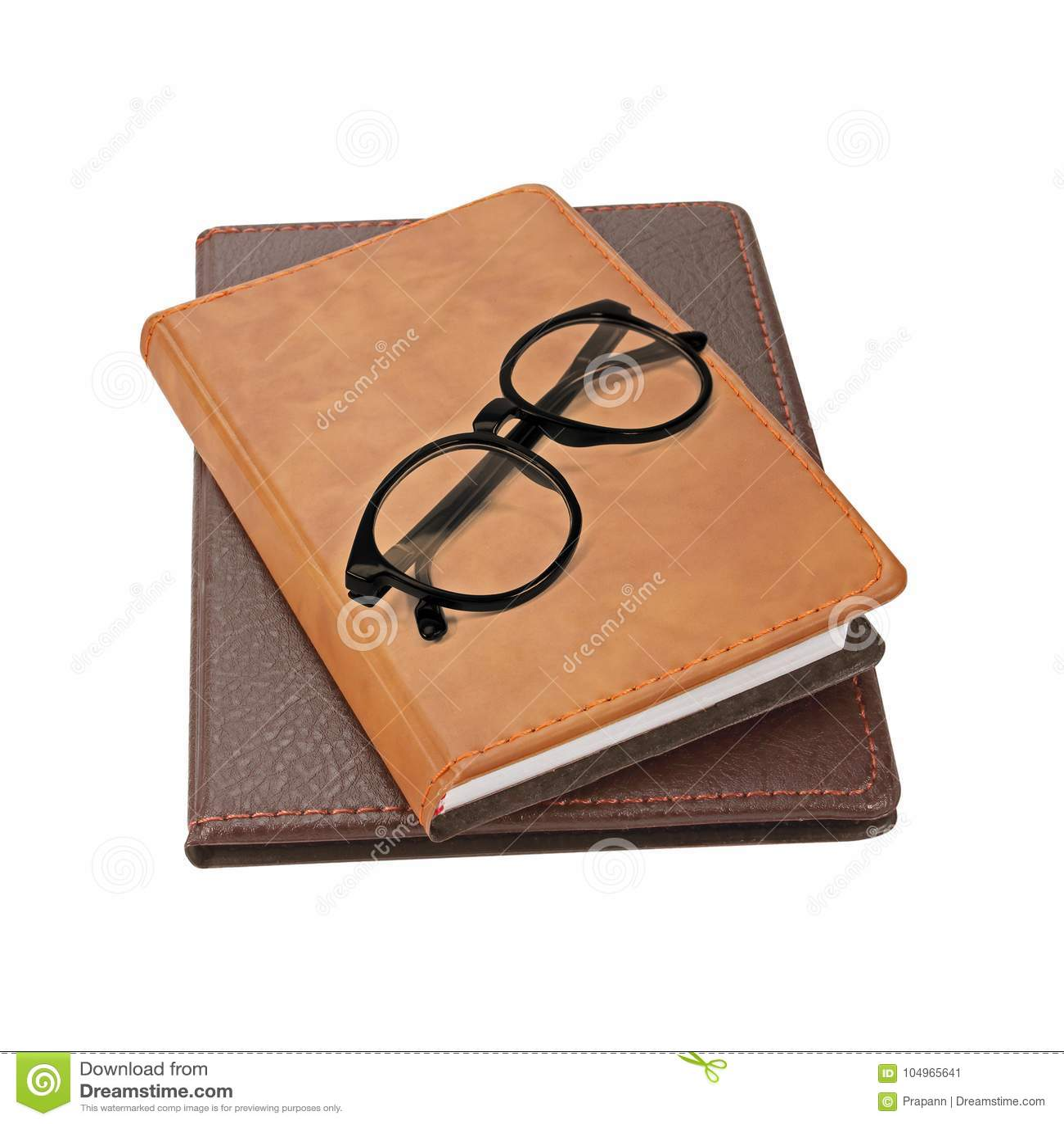 Pila de libros con un par de lentes en el top