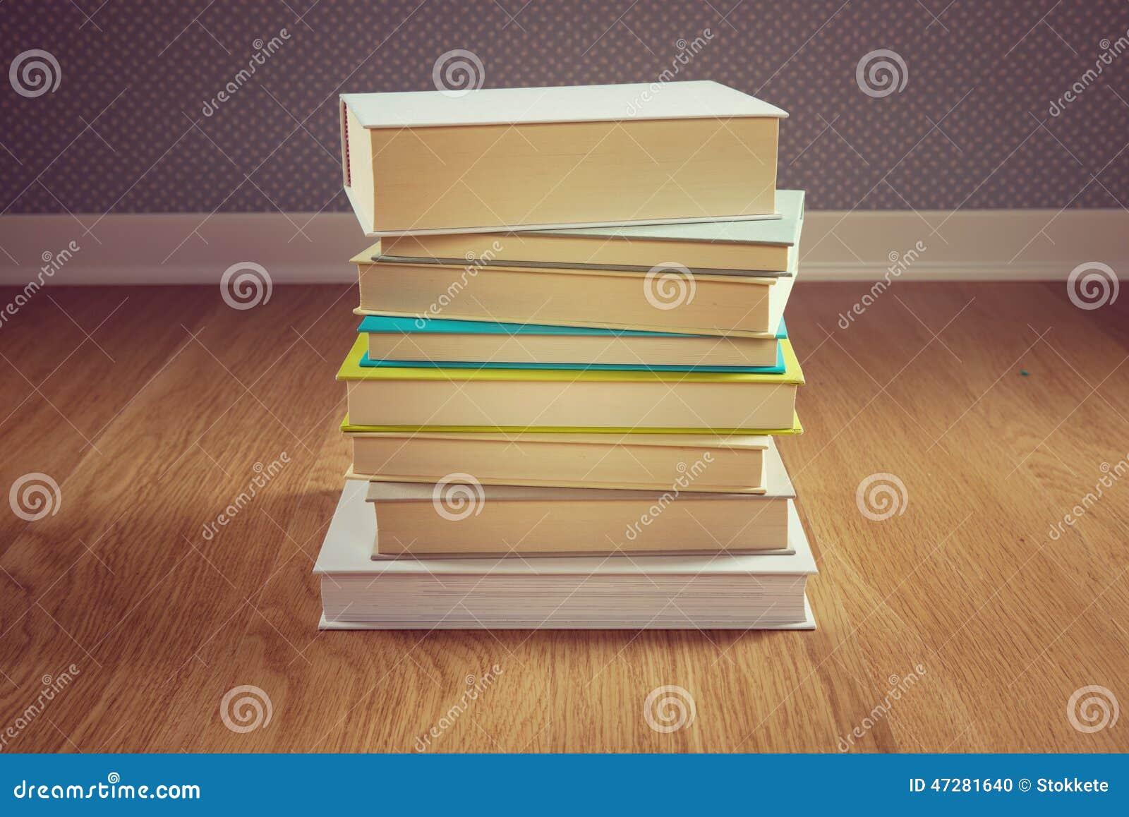Pila de libros en el piso foto de archivo imagen 47281640 - En el piso de abajo libro ...