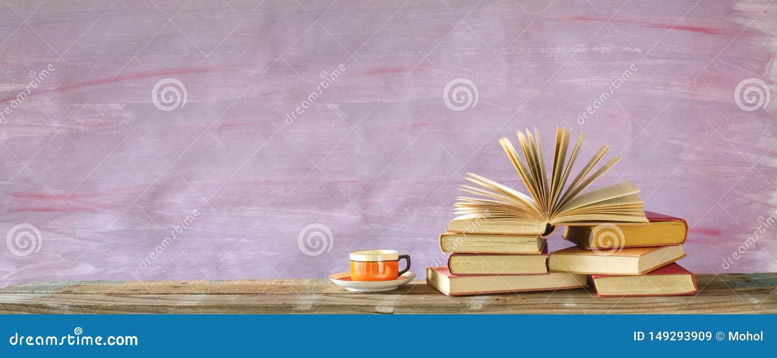 Pila de libros multicolores y de un libro abierto, lectura, educaci?n, literatura del libro encuadernado