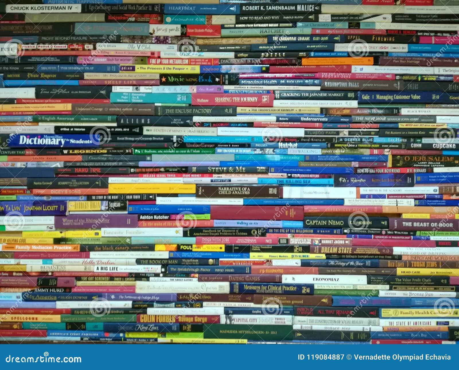 Pila de libros, de novela y de diccionario