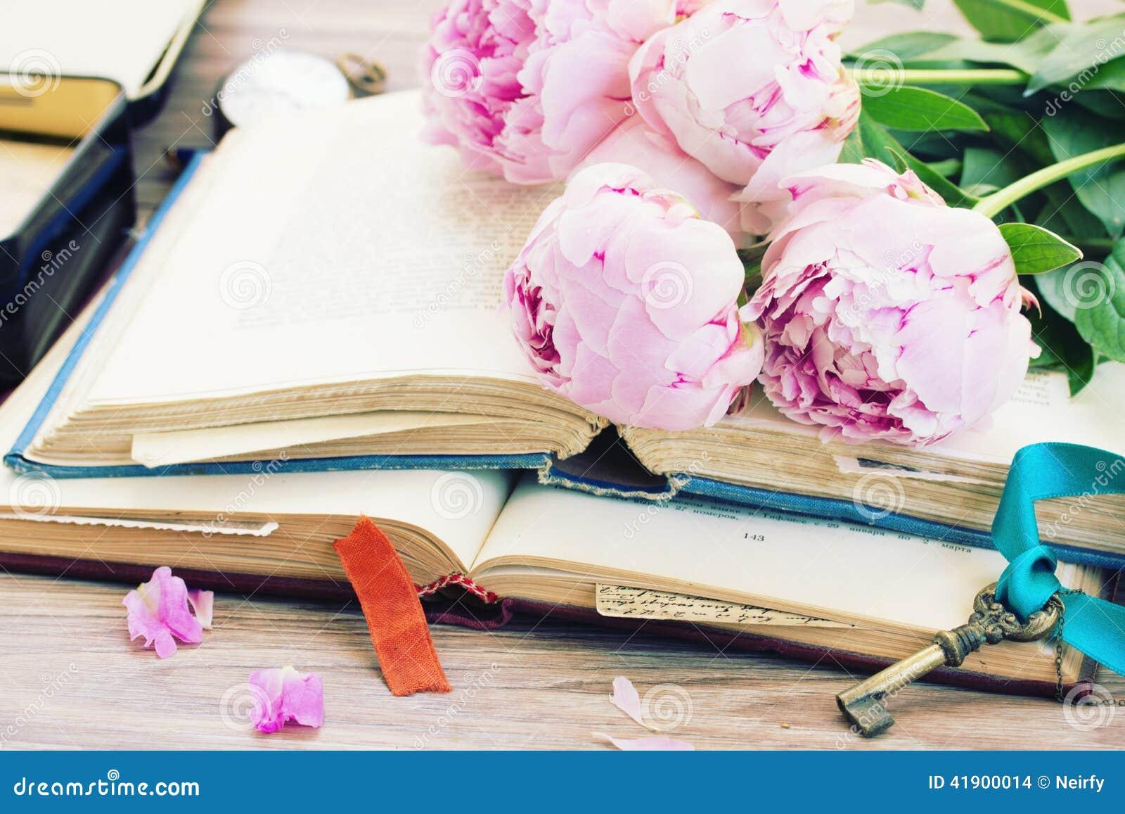 Pila de libros viejos con las flores