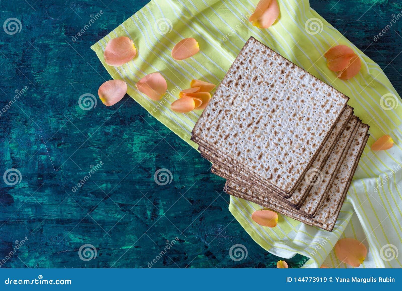 Pila de matzah o de matza en una tabla de madera