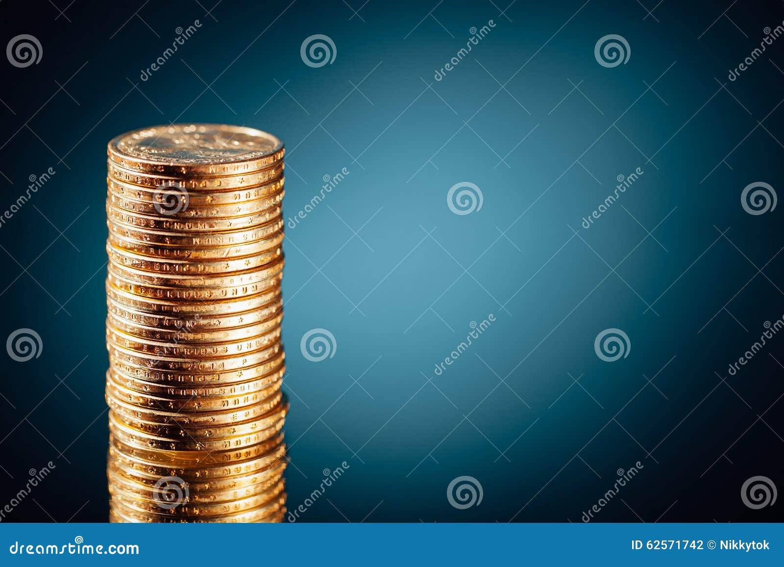 Pila de oro de las monedas del dólar