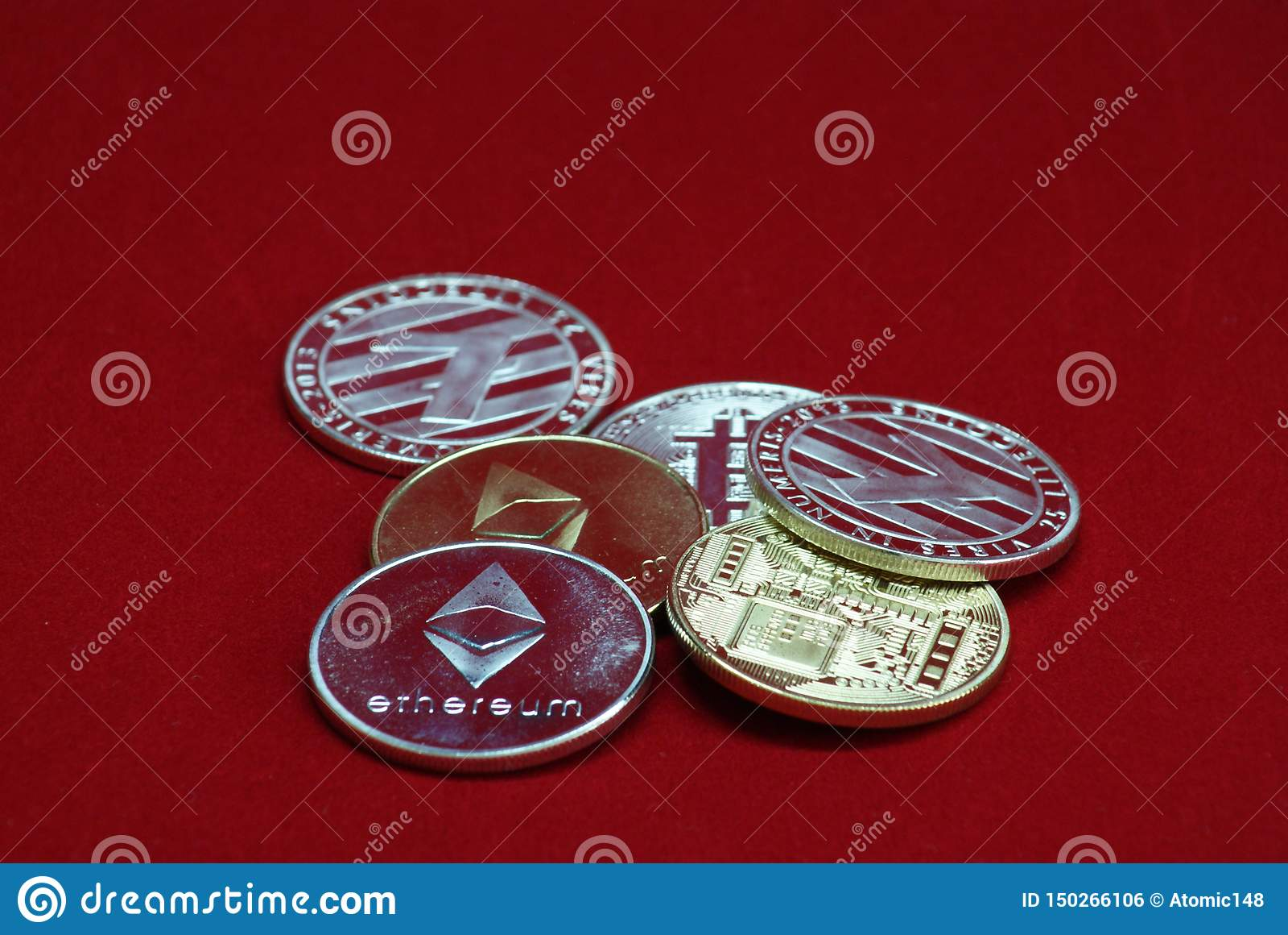 Pila de oro y de monedas de plata del cryptocurrency en un fondo rojo del terciopelo