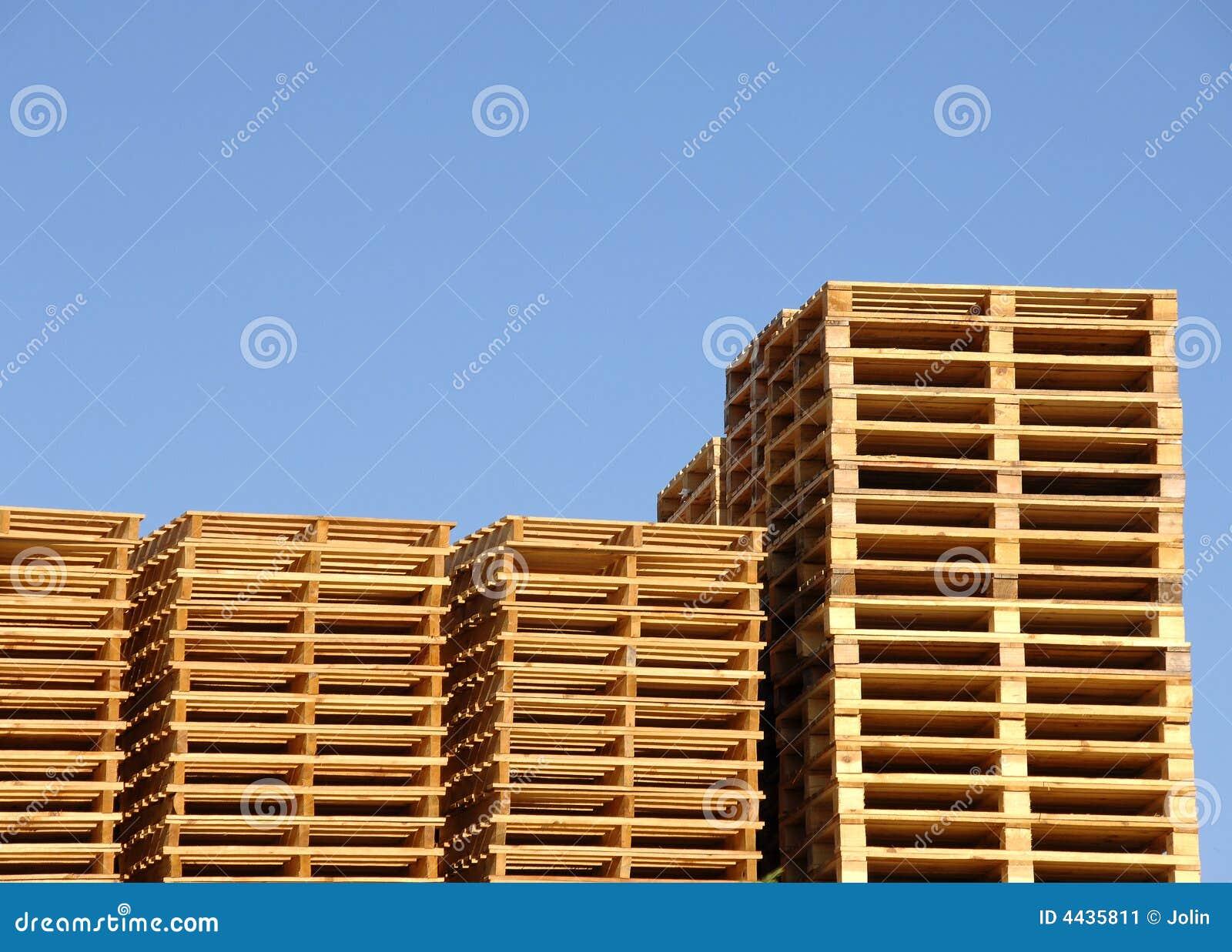Pila de paletas de madera del envío