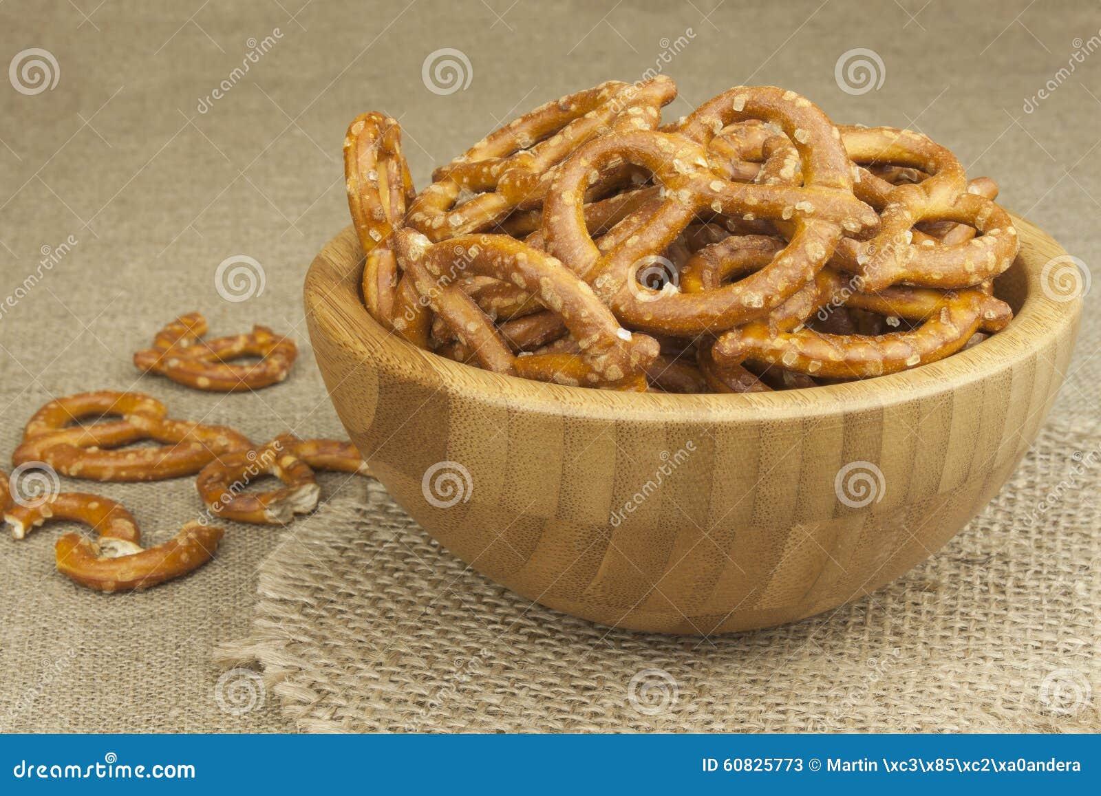 Pila de palillos del pretzel Entretenimiento para ver la TV Cerveza en un vidrio en la tabla