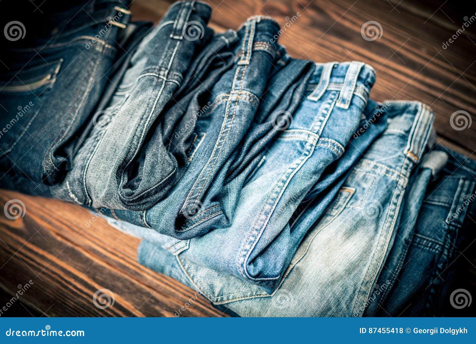 Pila de pantalones vaqueros