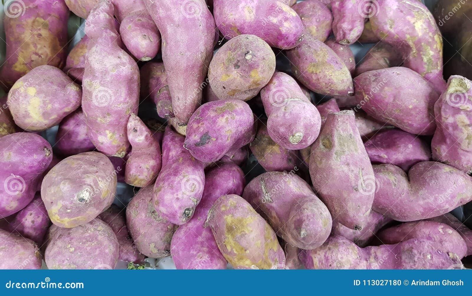 Pila de patata dulce en el mercado vegetal para la venta