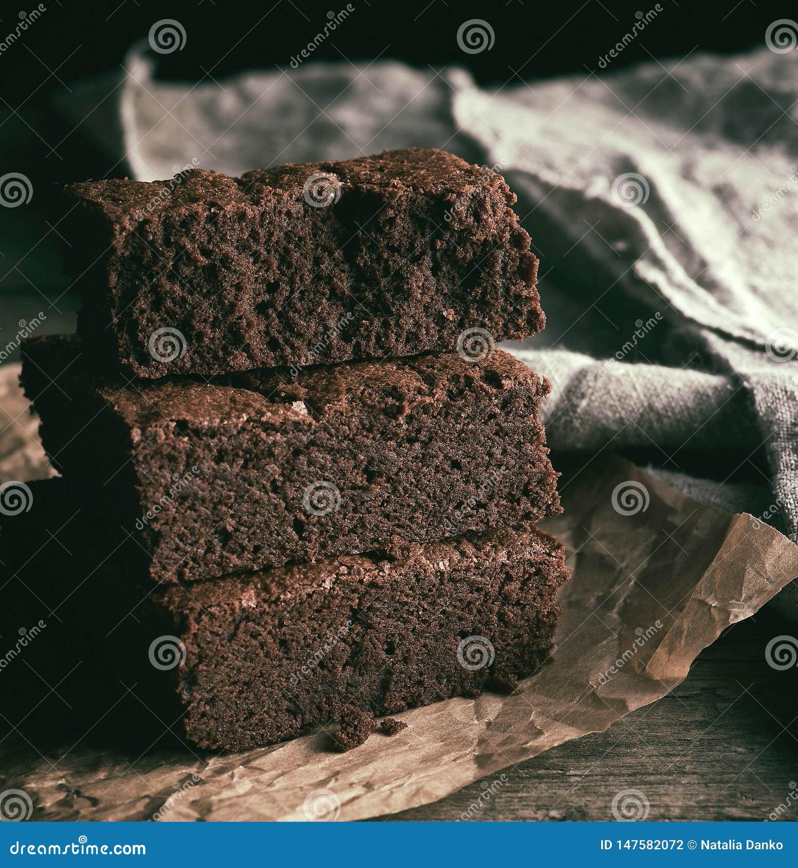 Pila de pedazos cuadrados de empanada cocida del brownie del chocolate