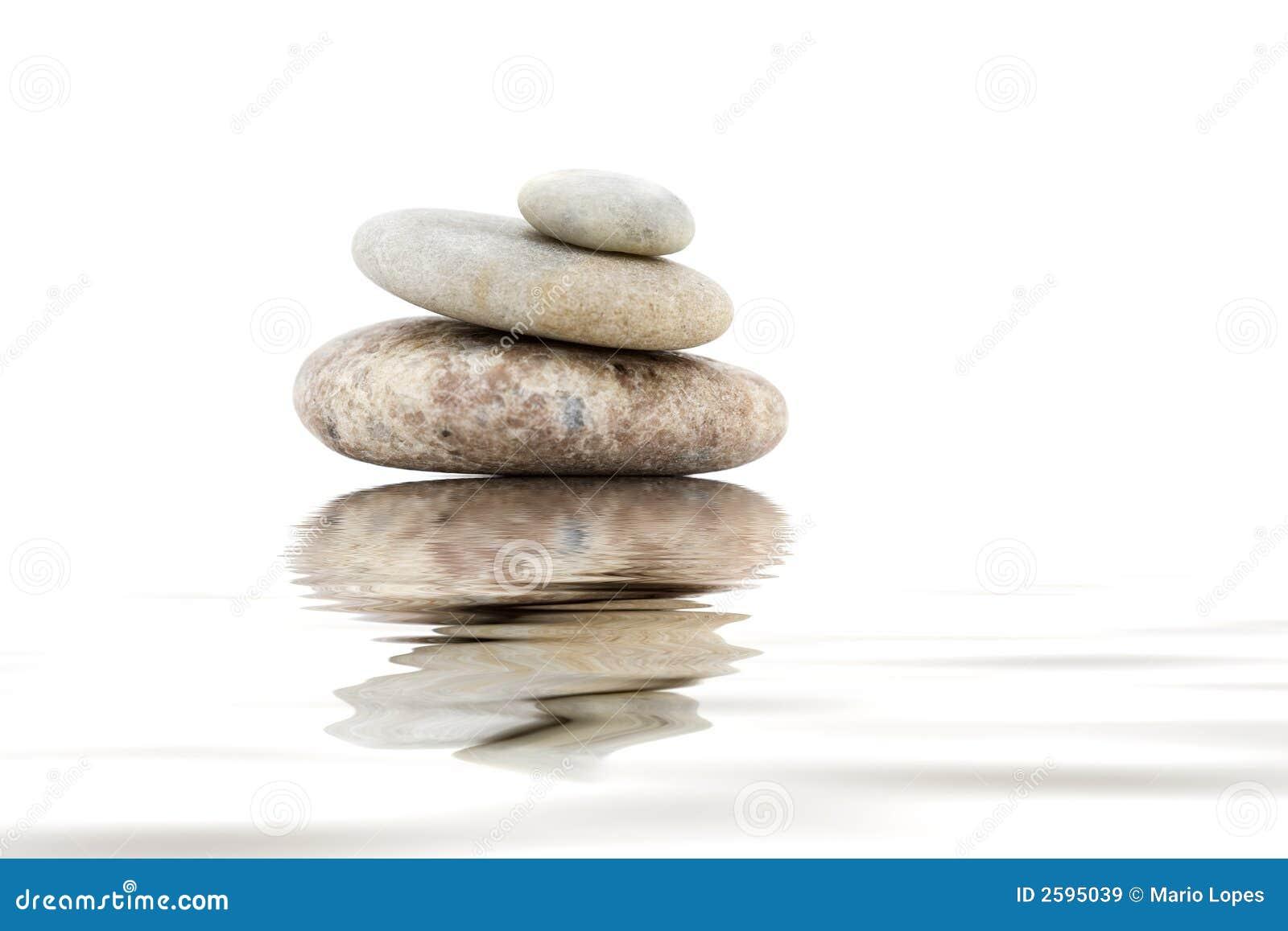 Pila de piedras de la yoga en blanco