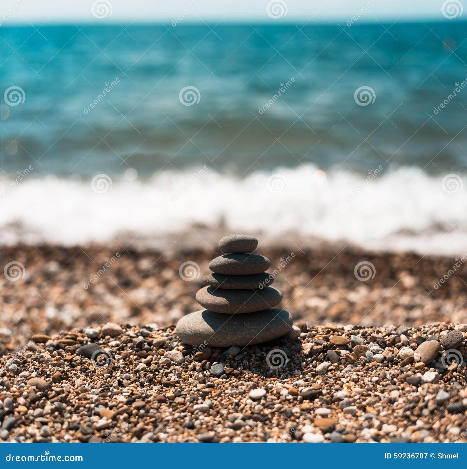 Download Pila De Piedras Lisas Redondas En Una Costa Imagen de archivo - Imagen de gris, objetos: 59236707