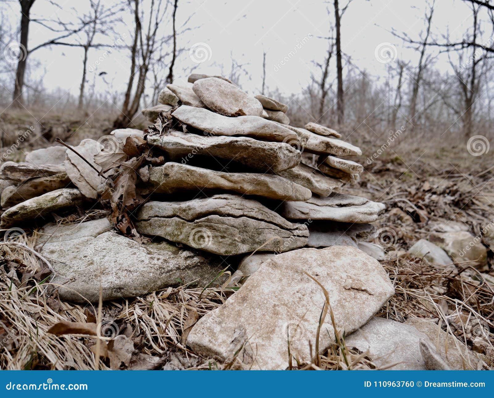 Pila de rocas apiladas lisas