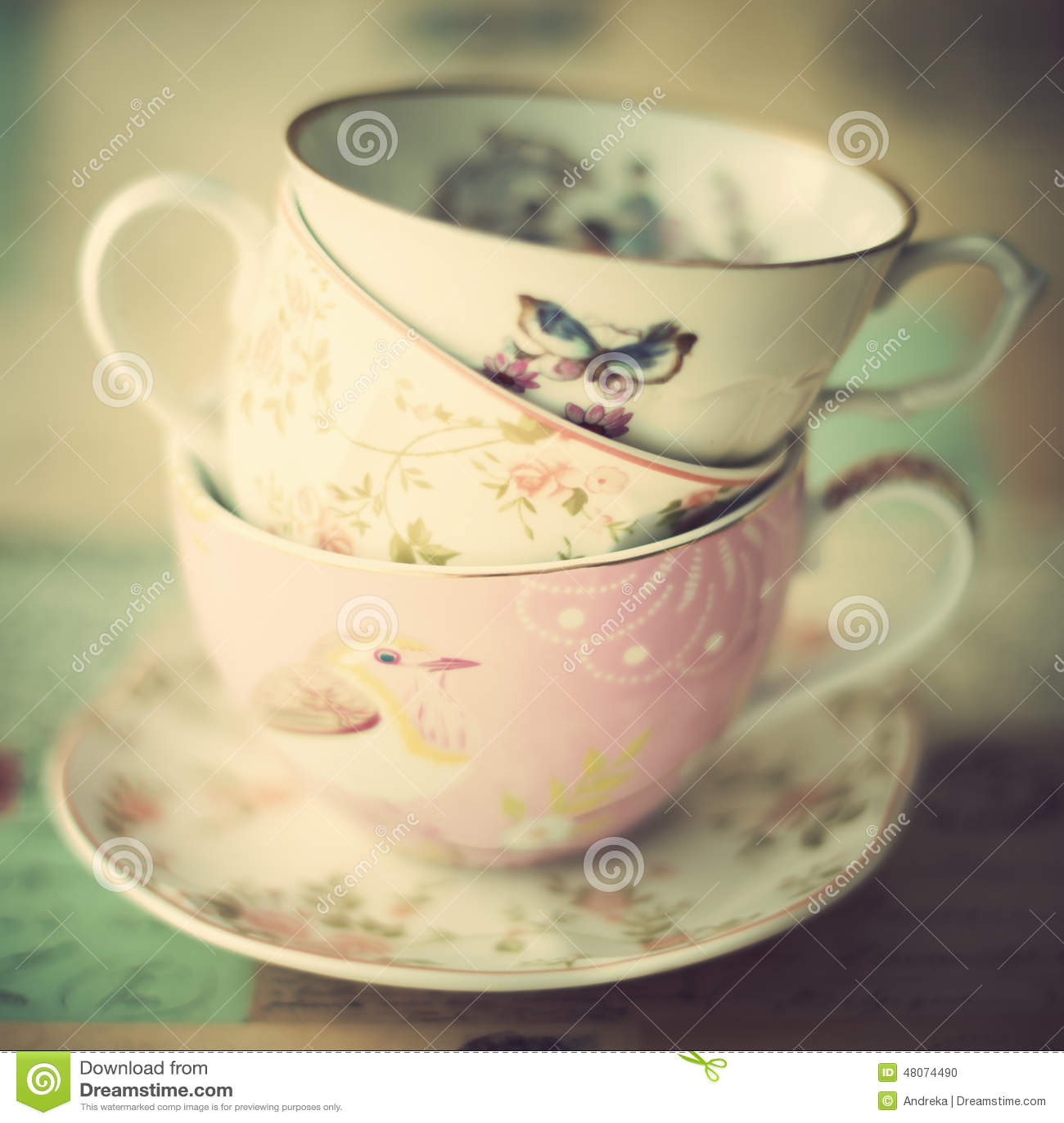 Pila de tazas de té del vintage