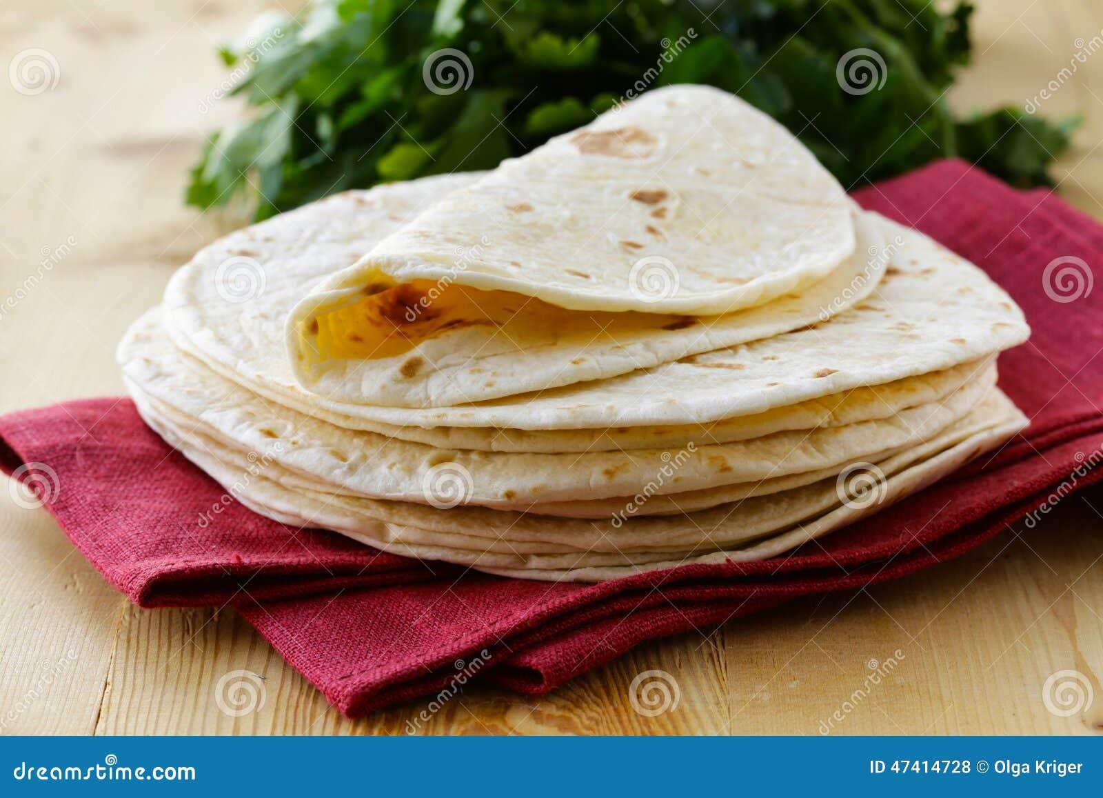 Pila de tortillas hechas en casa de la harina del trigo integral