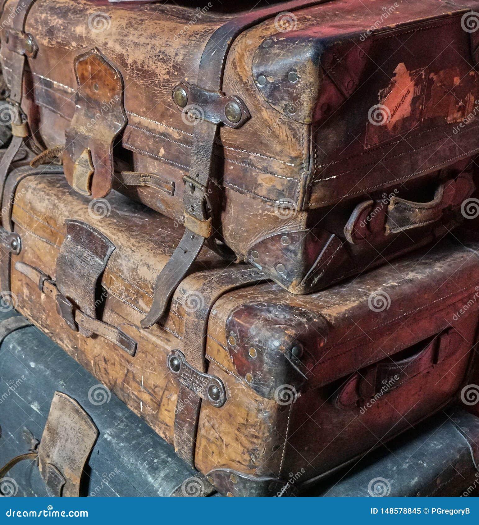 Pila de viejo llevado fuera del equipaje victoriano