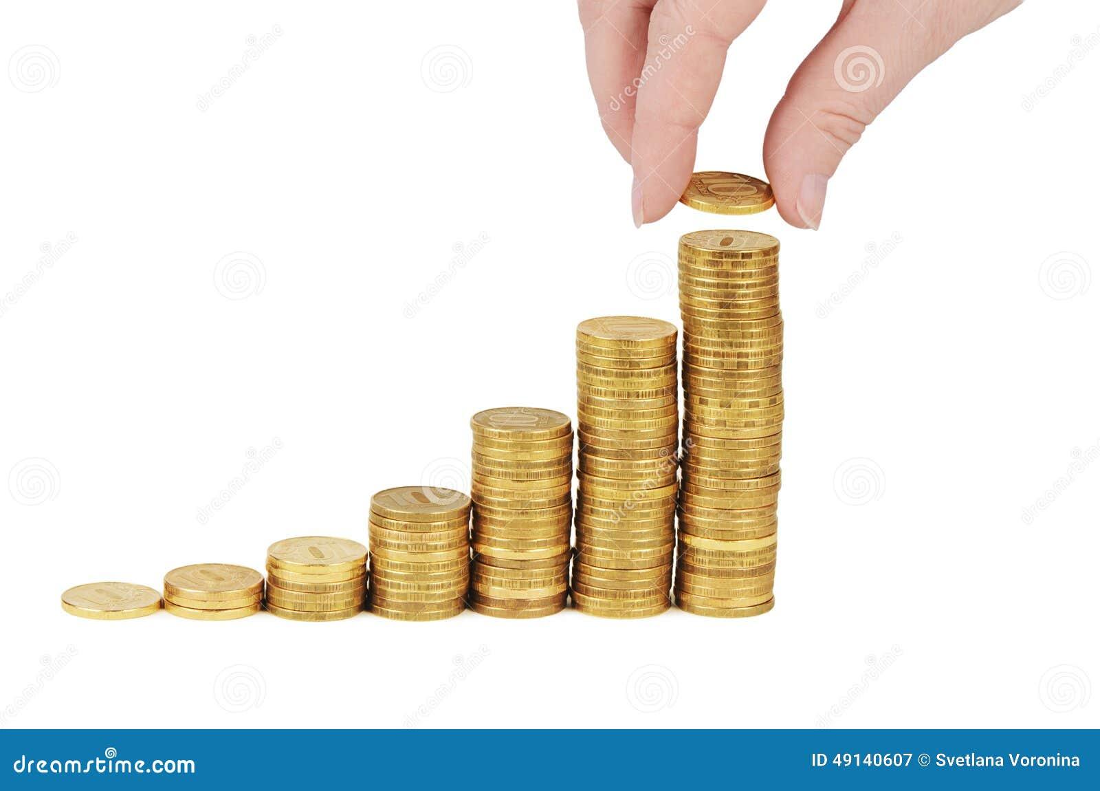 Pila del dinero a disposición aislada en el fondo blanco