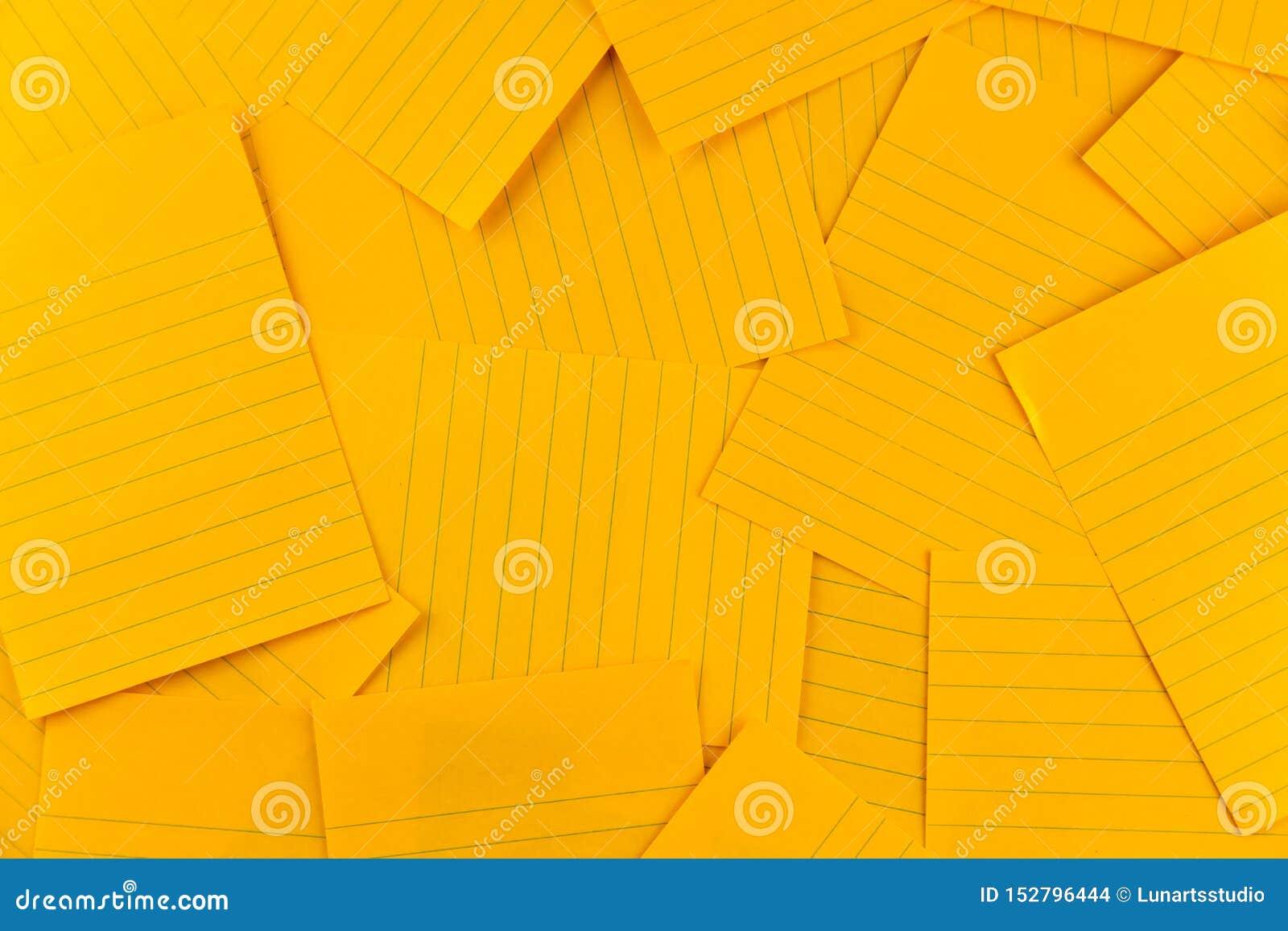 Pila del modelo anaranjado del fondo de la hoja del papel rectangular en blanco, visión superior con el espacio de la copia