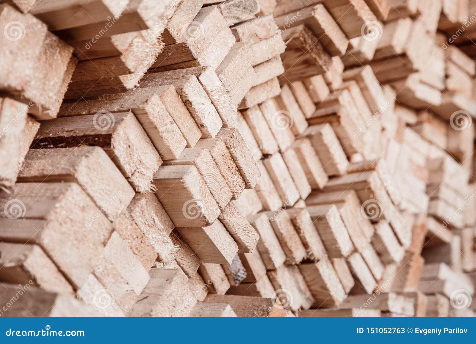 Pila del primo piano di spazii in bianco di legno per i chip della mobilia di produzione