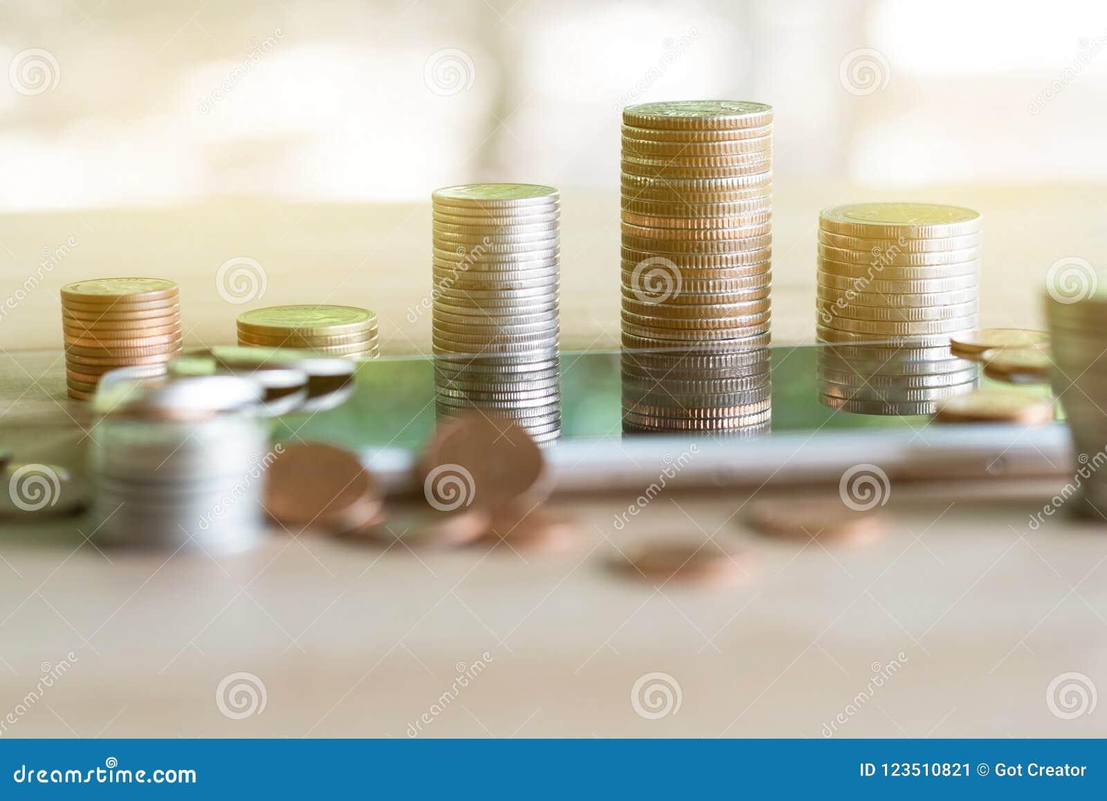 Pila delle monete di monete che risparmiano soldi e reddito o idee e gestione finanziaria di investimento per il futuro