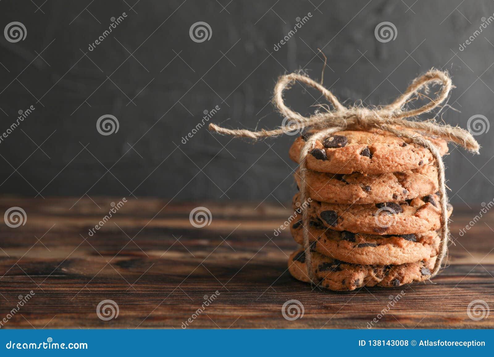 Pila di biscotti di pepita di cioccolato saporiti sulla tavola di legno