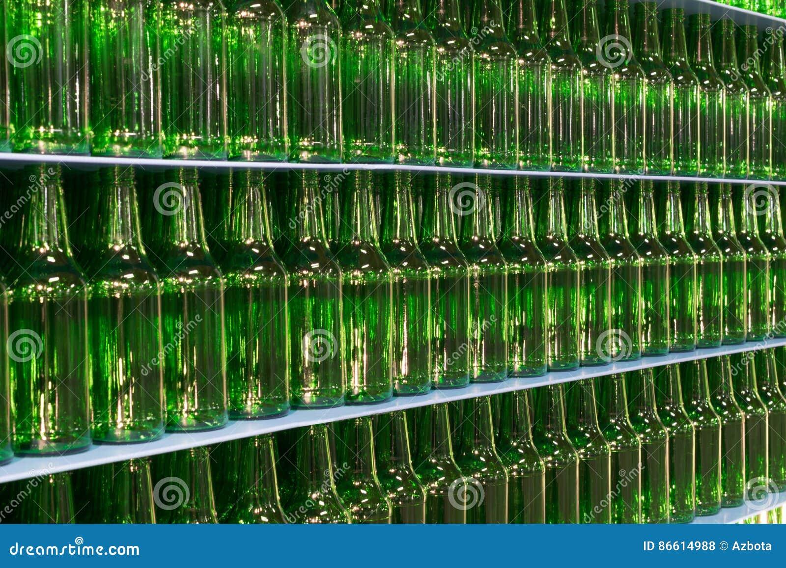 Pareti Con Bottiglie Di Vetro : Pila di bottiglie di vetro verdi vuote della birra fotografia