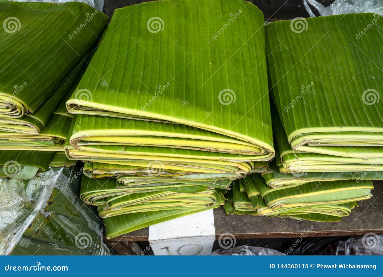 Pila di foglie piegate della banana visualizzate ad un mercato locale