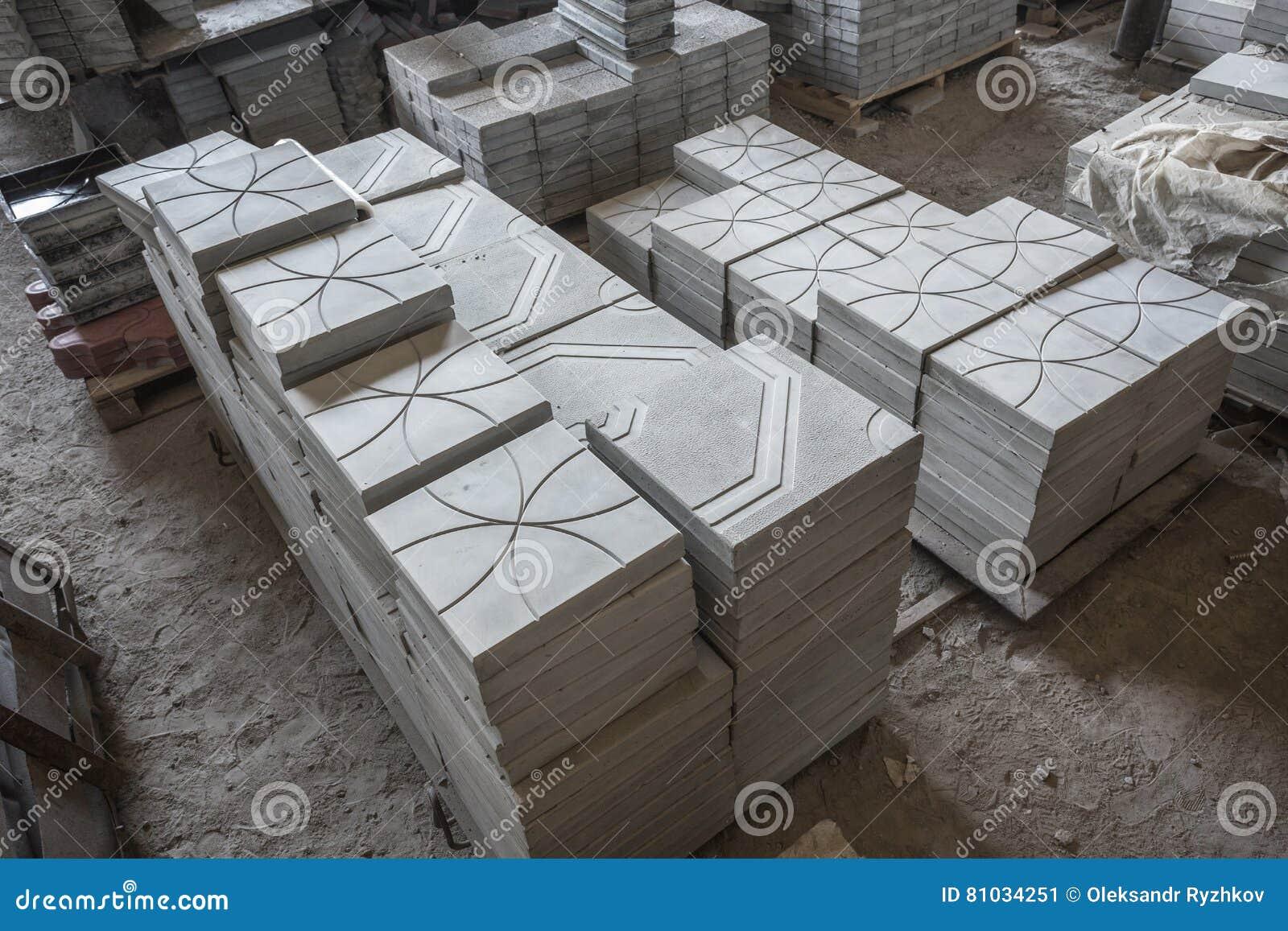 Pila di lastre prefabbricate del cemento armato in un officina