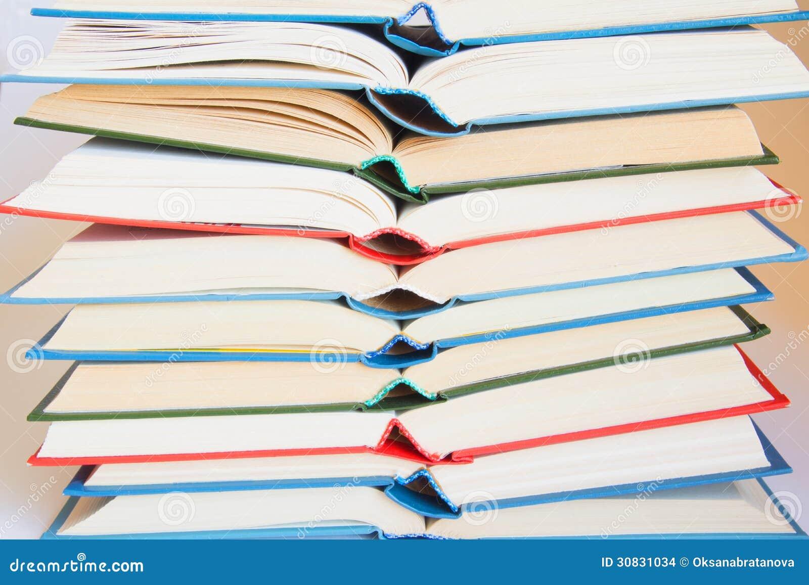 Pila di libri aperti