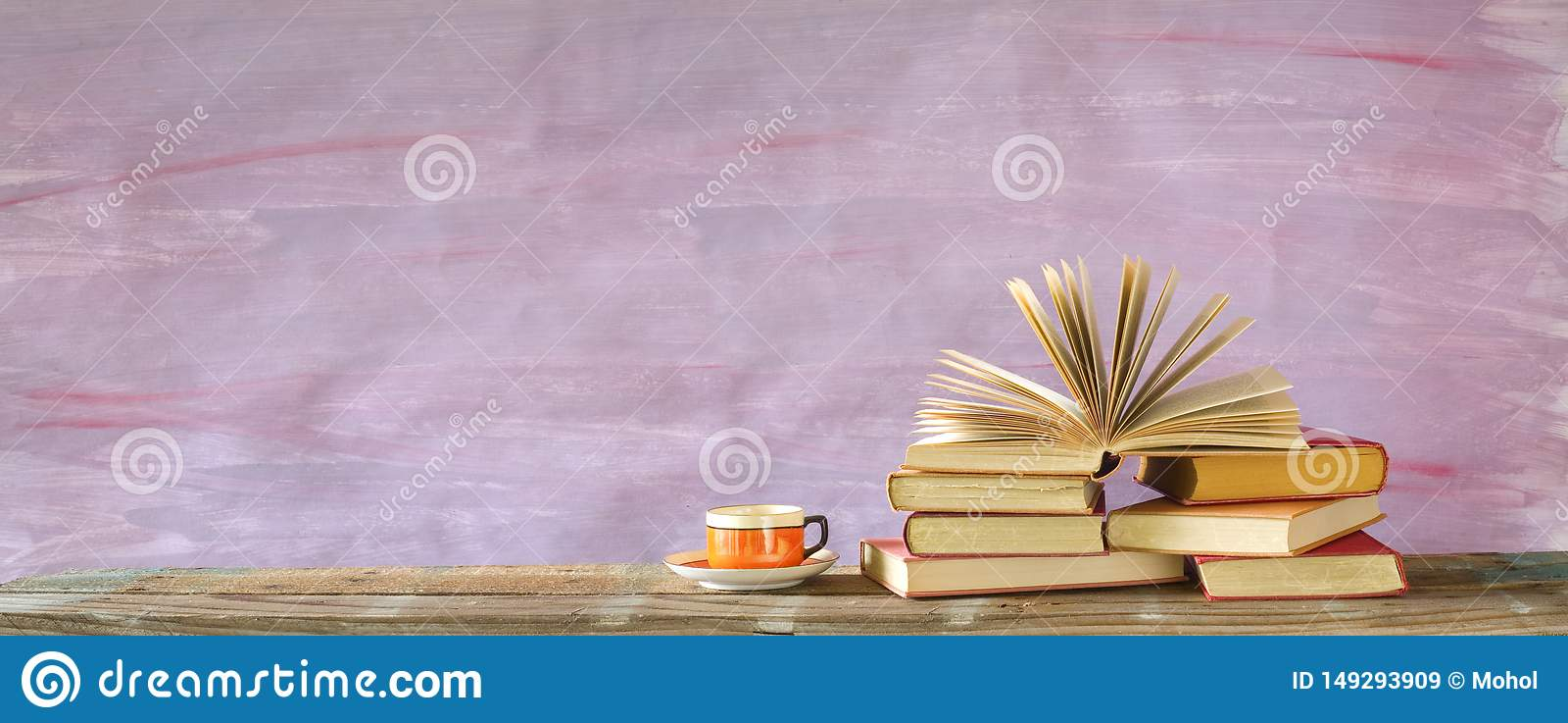 Pila di libri multicolori della libro con copertina rigida e di libro aperto, lettura, istruzione, letteratura