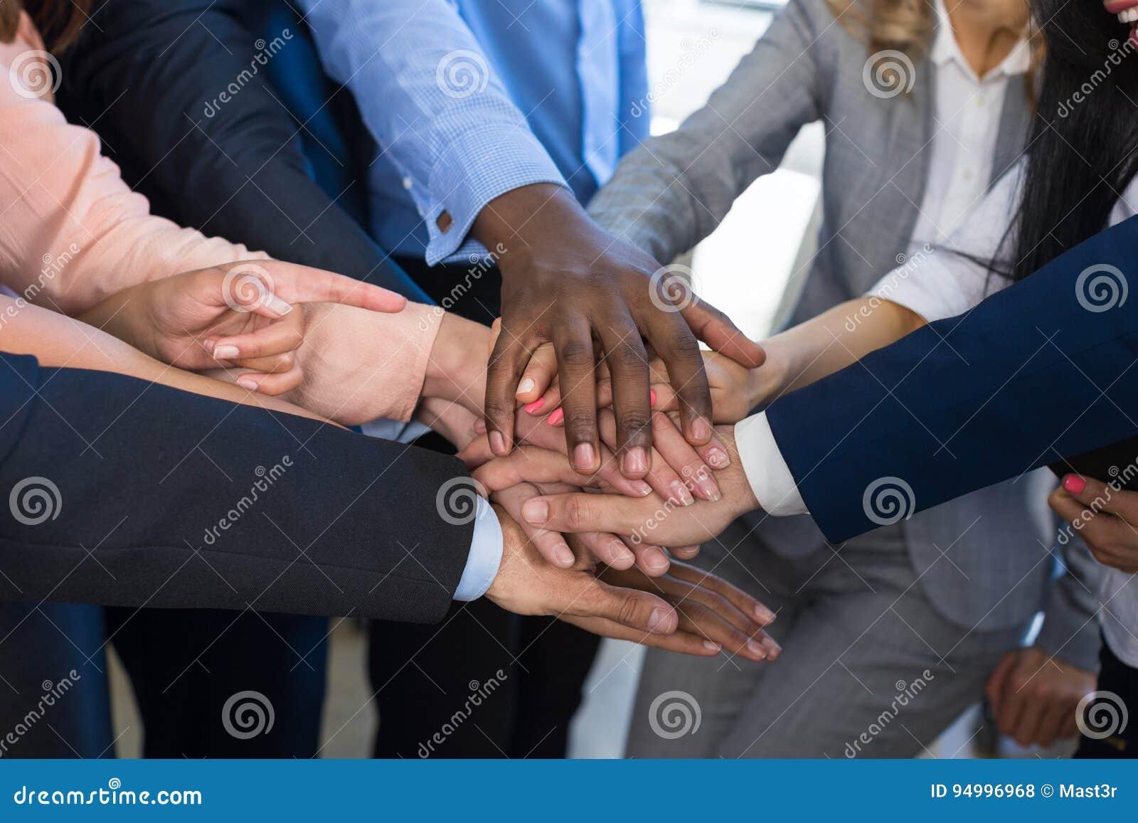 Pila di mani, concetto di lavoro di squadra, gente di affari dei braccia unentesi del gruppo in mucchio, diverso Team Of Business