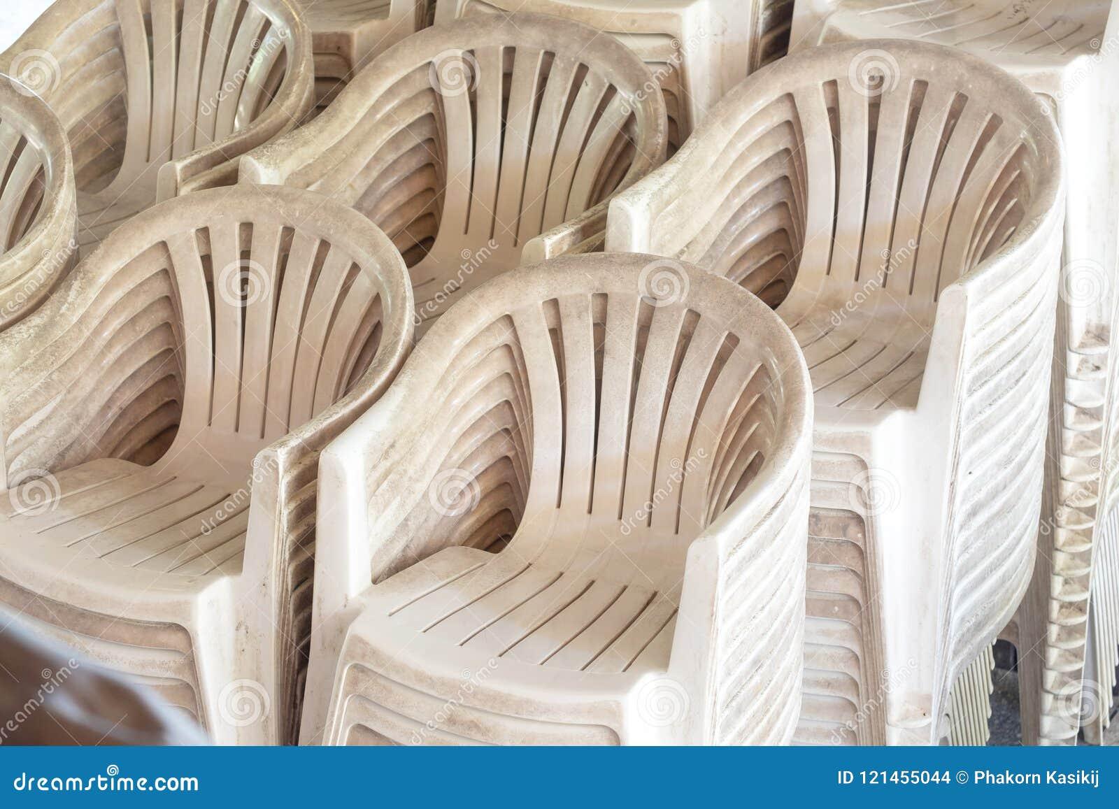 Stock Sedie In Plastica.Pila Di Molte Sedie Di Plastica Bianche E Vecchie All Aperto