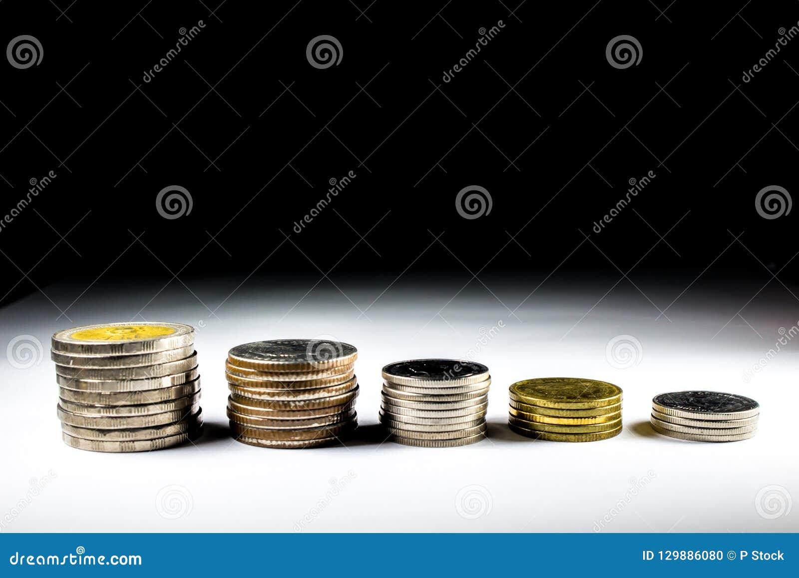 Pila di monete con il re