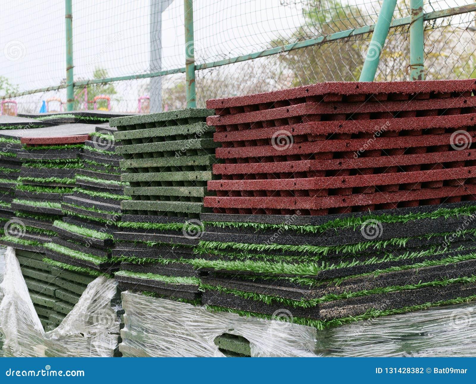 Pila di stuoie di gomma della piastrella per pavimento e di