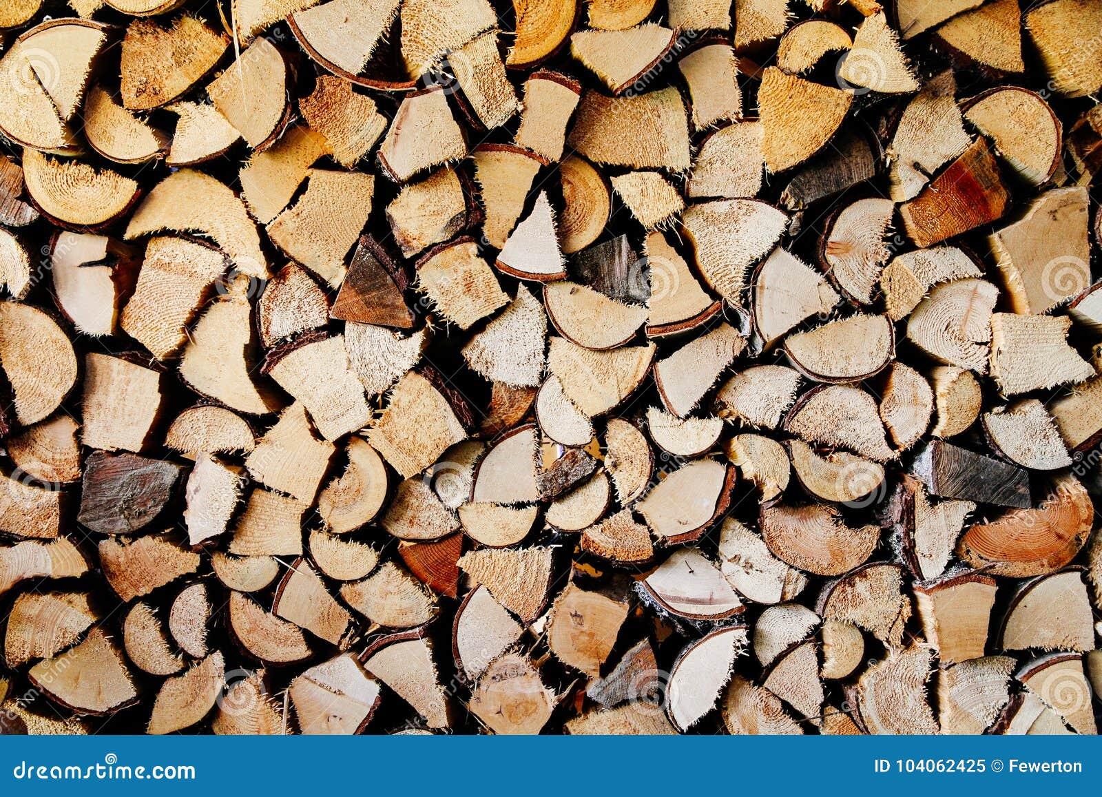 Pila di in tondo e legna da ardere naturale quadrata in preparazione